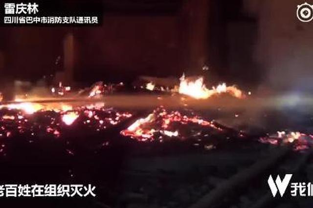 村民熏腊肉引发火灾 消防员抽粪坑水灭火