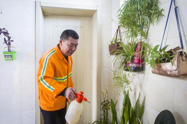 沈阳一保洁员花500元将公厕扮成花园 市民点赞