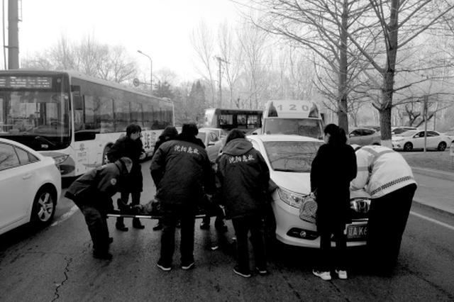 沈阳古稀老人撞车倒地 小区保安用身体为老人做遮挡