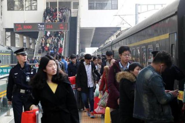 资料图:火车站内人头攒动。 中新社记者 王中举 摄