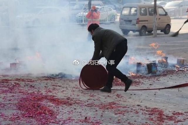 """沈阳商家为讨好彩头燃放2万元""""开门炮"""" 浓烟滚滚"""