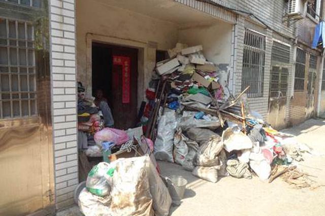 70岁老人租车库专门囤放垃圾 整栋楼臭气熏天