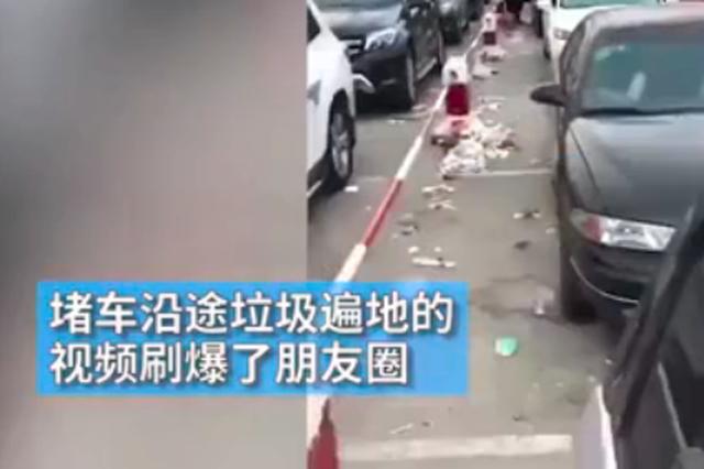 实拍海口万车滞留垃圾遍地 环卫工送垃圾袋