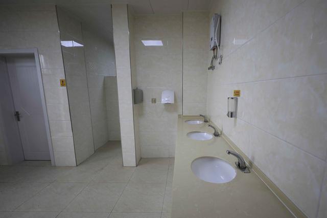 沈阳5星级厕所启用3个月成储物间 自行车停到马桶边