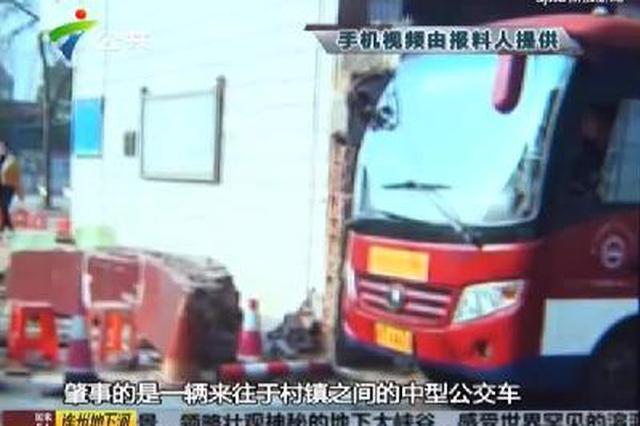 公交车撞倒校门 幸无人员伤亡