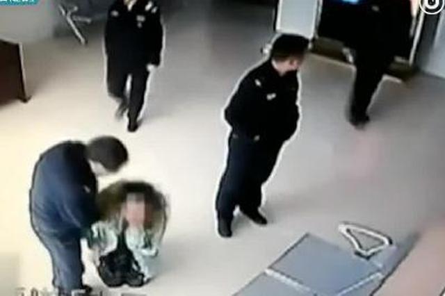 母亲频遭15岁儿子殴打 派出所里跪地求断绝关系