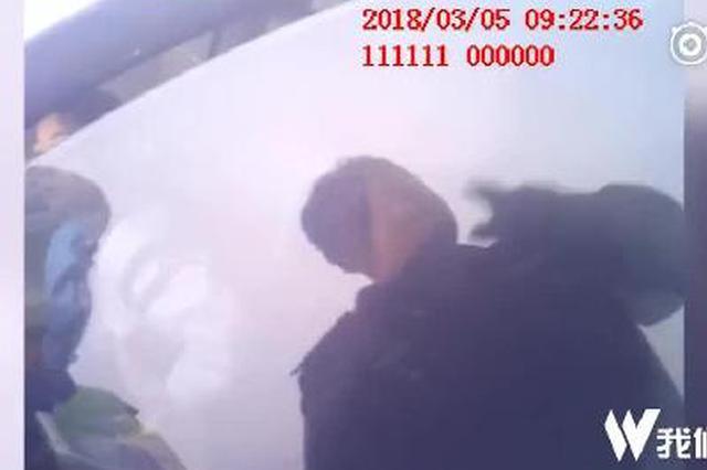 男子驾车送孩子上学途中被查 交警送孩子上学