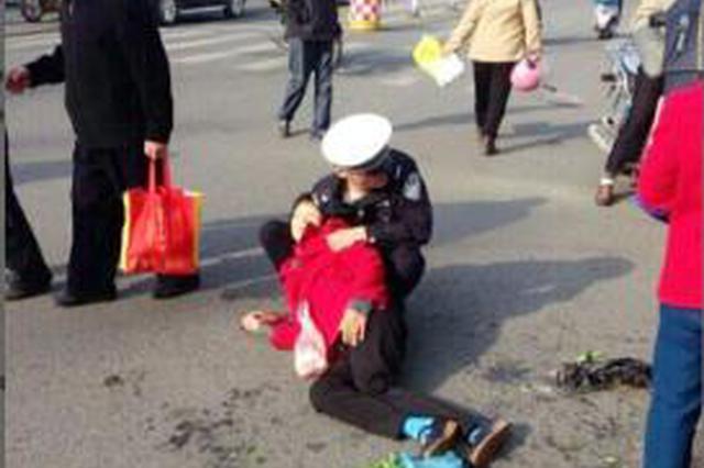 沈阳一老人被车刮倒 下班女辅警跪地相助