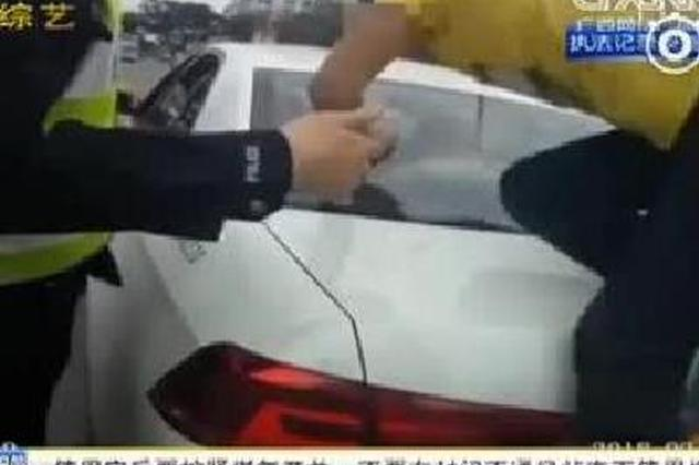 醉酒骑车发生碰擦 男子打滚撒泼还头撞警车