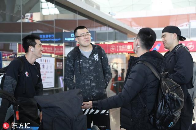 辽宁男篮出征季后赛客场比赛 众将热聊气氛轻松