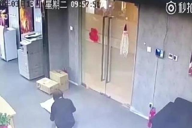 女白领收到快递纸人娃娃 被吓得坐地上乱叫