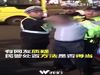 交警强迫司机面对直播镜头引网友质疑
