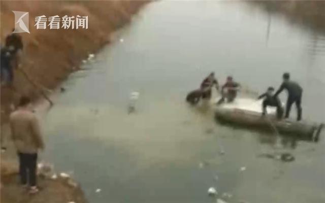 一家五口开车冲入河中 空降兵徒手相救化险为夷