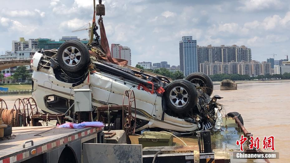 广东大桥坍塌现场打捞起一辆落水车 车内无人