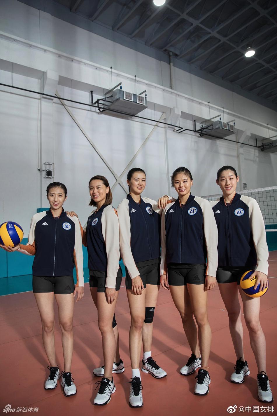 中国女排拍摄广告 身材高挑大秀长腿
