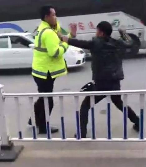 广西上林五名男子暴力袭警 涉嫌妨害公务受审