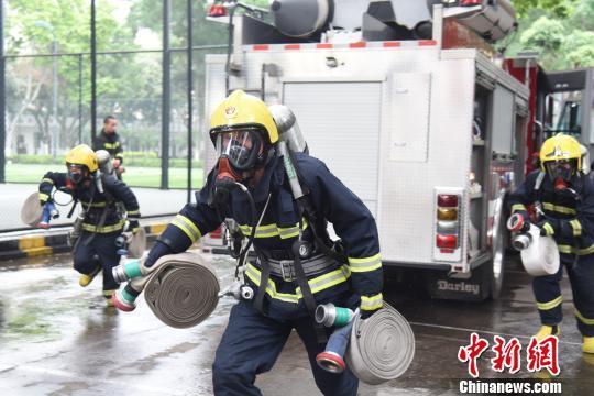 消防官兵在进行水罐车楼层灭火训练。 王以照 摄