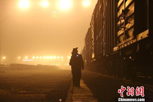 唐楚伟在夜间用手电筒检查车厢情况。 王荣鑫 摄