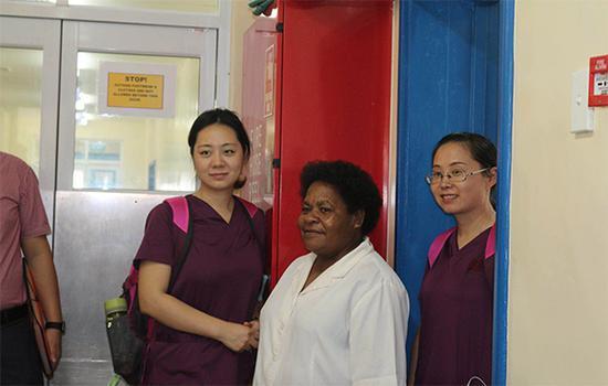 刚辅助医生进行完手术的唐万丽(左一)。市急救中心供图 华龙网发
