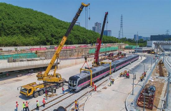 深圳地铁10号线首列车到达凉帽山车辆段,10号线采用8节编组A型列车,标志色为淡粉色。