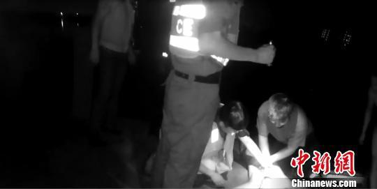 民警齐救溺水男子。警方提供