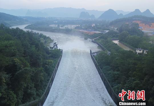 桂林:漓江水库群最大水库青狮潭水库开闸排洪