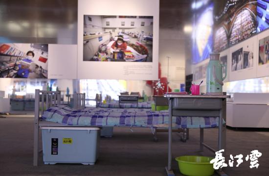身临其境 抗疫专题展览现场还原武汉客厅方舱医院