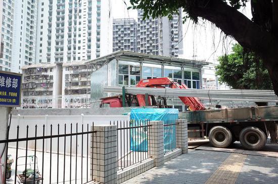 ▲车辆将钢材运往工地。