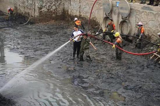 广州番禺区大龙街正在进行干涌洗河 本文图均为 广州市河长办 供图
