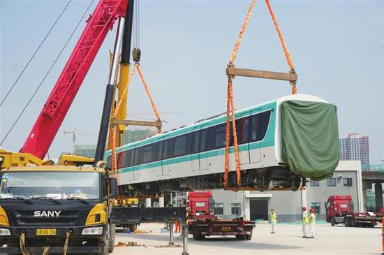深圳地铁6号线首列车运抵深圳。