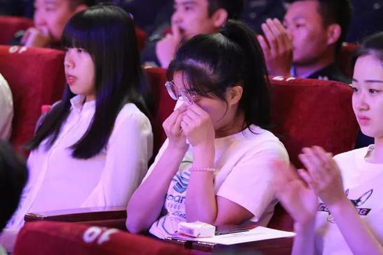 参会观众听到好人事迹后感动的留下了泪水