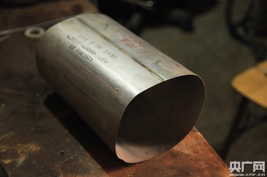 白津生制作的0.4毫米厚,像纸一样薄的不锈钢波纹管(刘阳/摄)