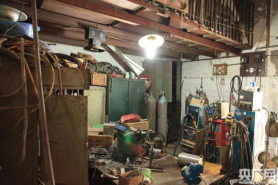 白津生的工作室不足50平方米的小屋(刘阳/摄)