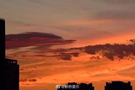2018年5月17日。朝霞似火。杭城35℃+进入第四天。