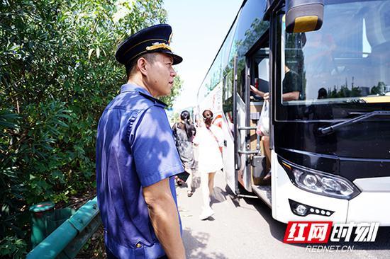 安排滞留旅客换乘后,执法人员衣襟后背已被汗水浸湿。