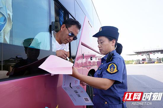 执法人员查询客运车辆证件。