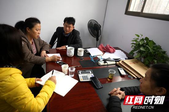罗伟军生前同事向记者追述罗伟军的工作往事。