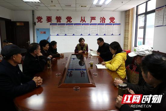铭安社区居民向记者追述罗伟军的社区故事。