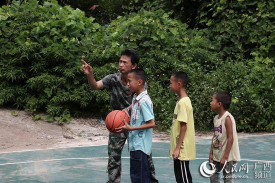 图为梁志雄教学生打球。韦世仙 摄影