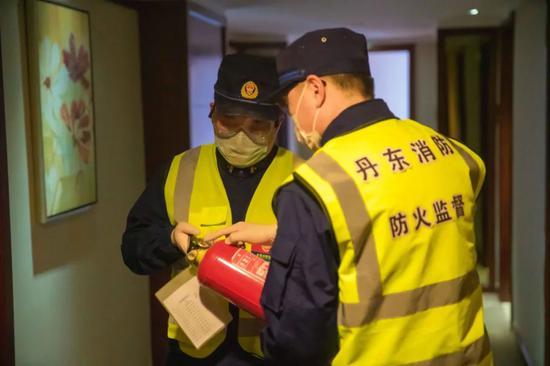 """【聚焦】丹东消防为7处隔离点提供""""一站式""""服务,3天消毒60"""