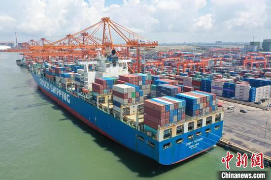 图为航拍10万吨级集装箱船通航。 俞靖 摄