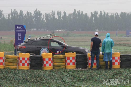 越野赛比赛现场无人驾驶车辆通过比赛路段(潘琦 摄)