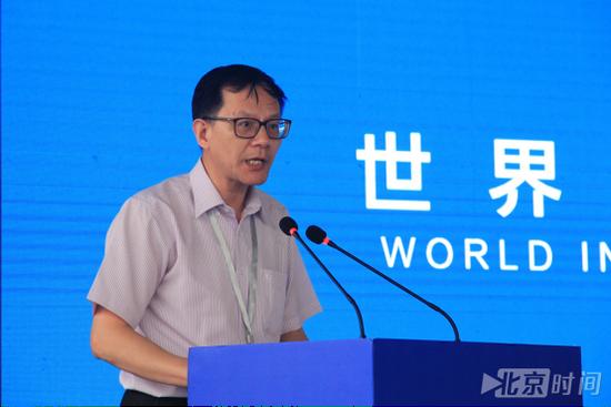 中国人工智能学会智能驾驶专业委员会主任、本届大赛总裁判长邓伟文致辞(潘琦 摄)