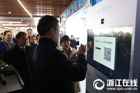 杭州湾信息港党委书记韩梦龙在智能医务室自助药柜上购买了第一盒药