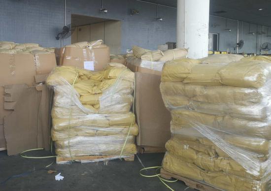 ▲海关关员查获的猫狗粮。