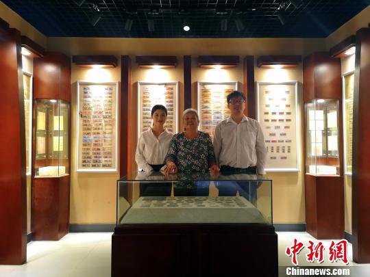 王老四(左二)与儿子李广智(右一)、儿媳韦红梅(左一)合影。 朱柳融 摄