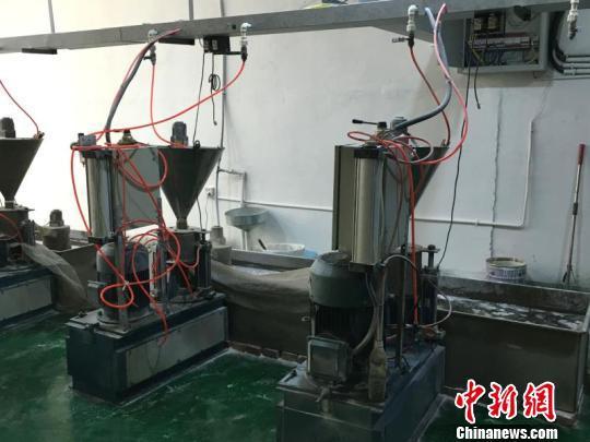 蔡建国发明的塑料干磨机 沈晓颜 摄