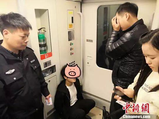 在车厢捕获了强奸嫌疑人黄某某 李晓英 摄
