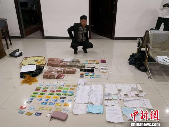 犯罪嫌疑人指认涉案钱物。警方供图