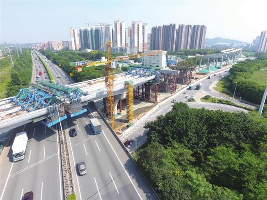 深圳地铁6号线上跨龙大高速悬灌梁合拢。
